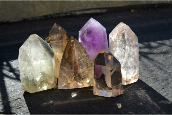 healing crystals 800x533 e1517314054801 - نحوه استفاده از سنگ های درمانی
